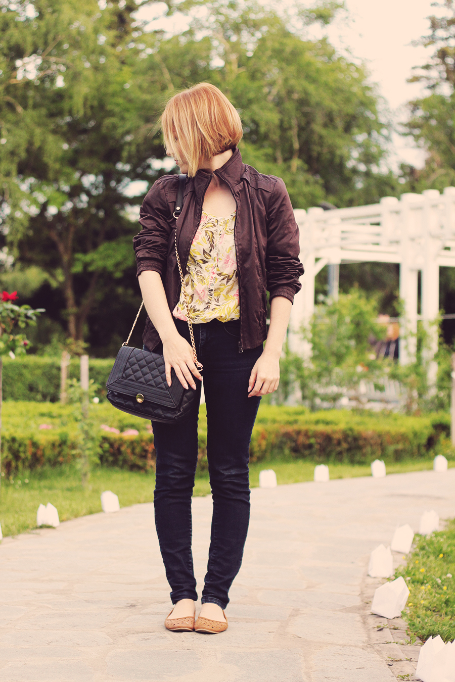 floral_shirt_and_chain_clutch