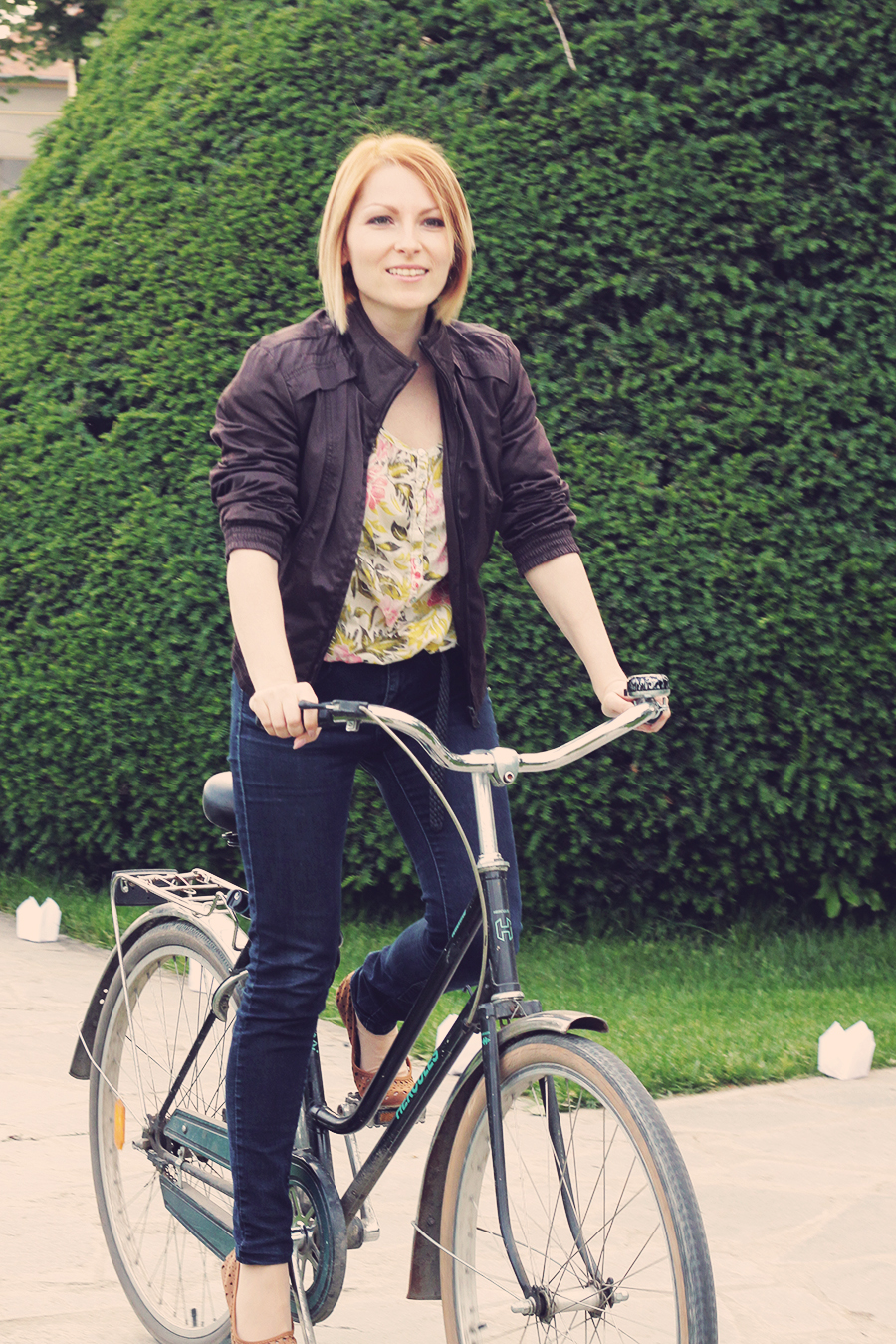 jeans_and_flats_on_a_bike_2