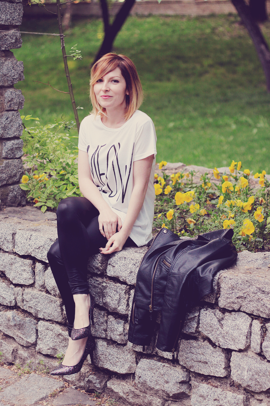 white_tshirt_glitter_heels