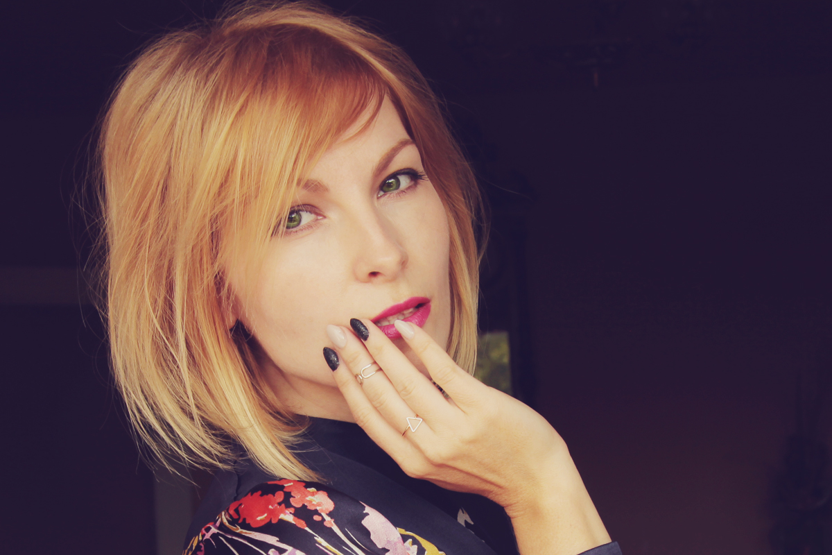nude and black nails_bright pink lip