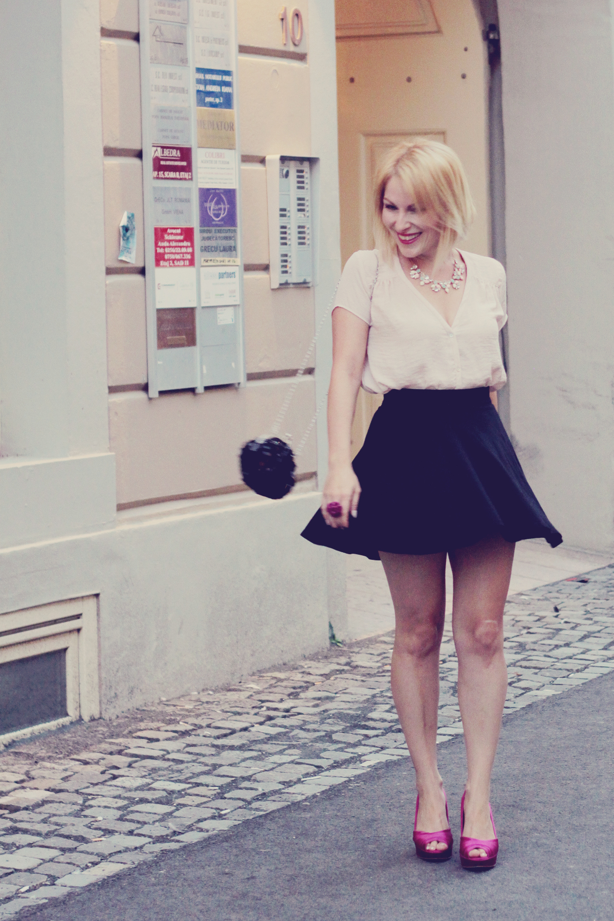 pink pumps_a-line_skirt_and black_purse
