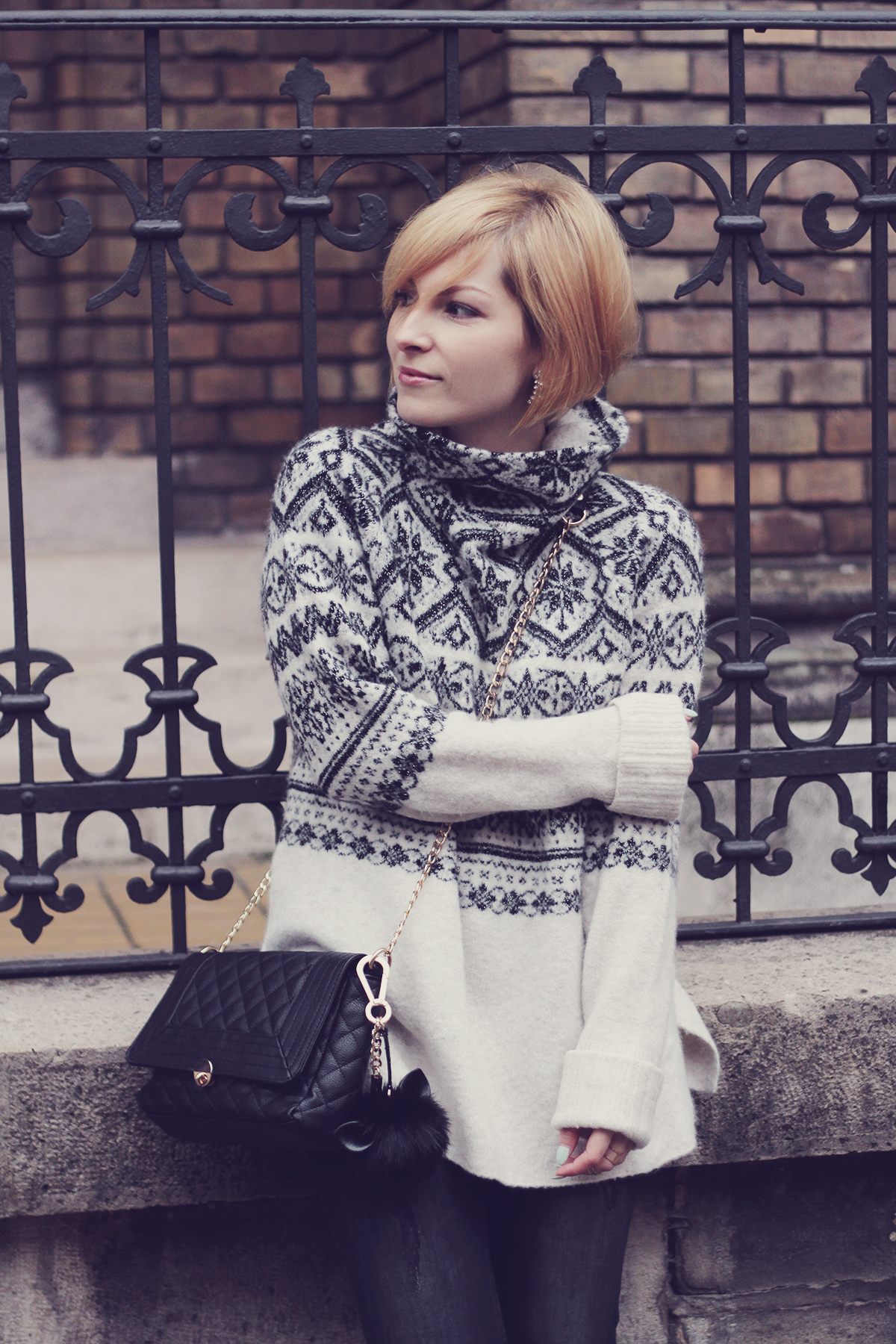 christmas winter jumper and chain purse with pom-pom