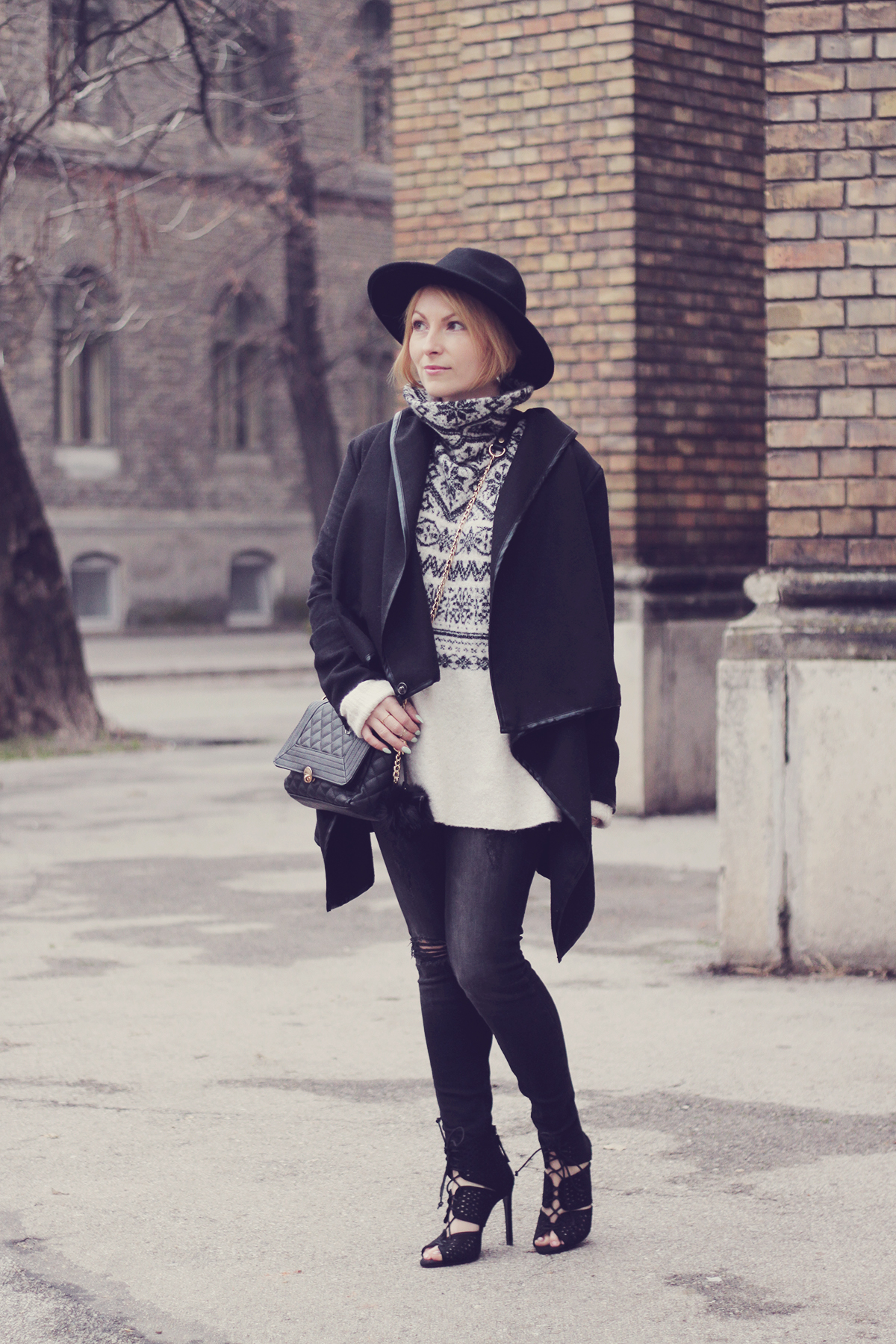 christmas winter jumper with heels and black hat
