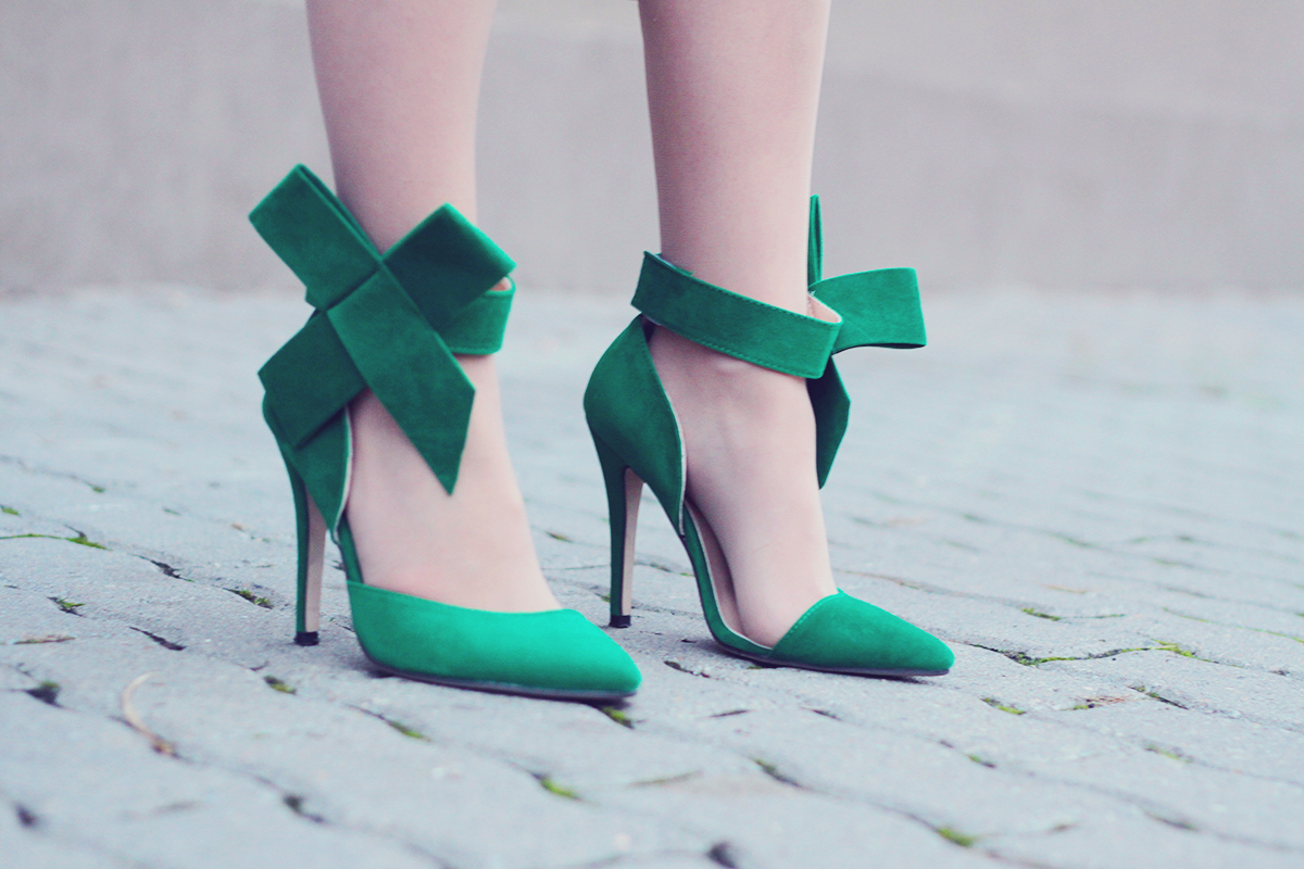 holiday look-big green bow high heel stilettos