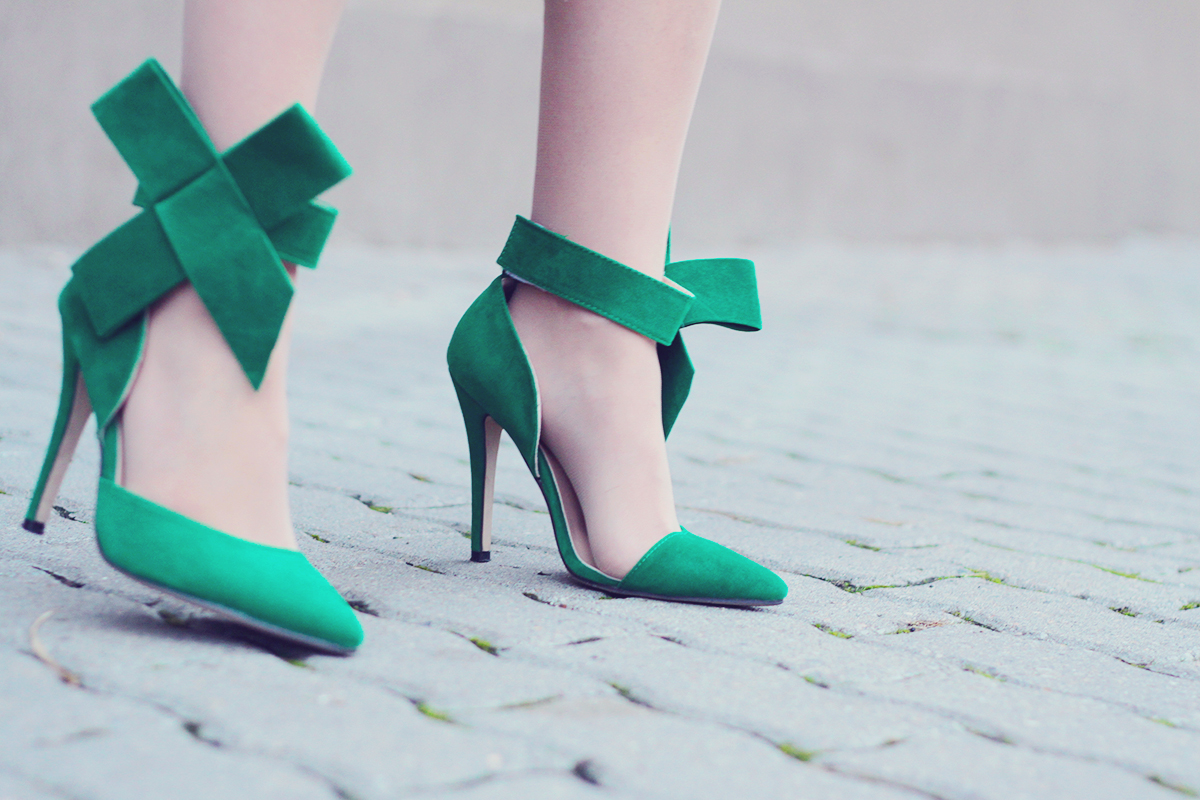holiday look-the green big bow high heel stilettos
