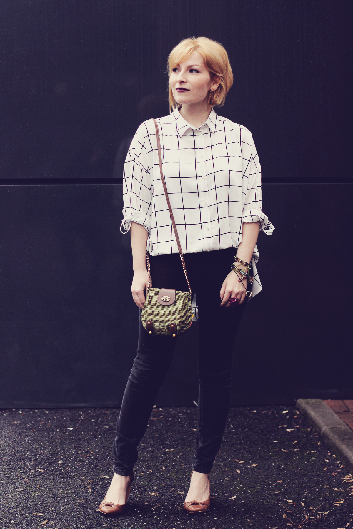 black and white shirt and green purse with jeans