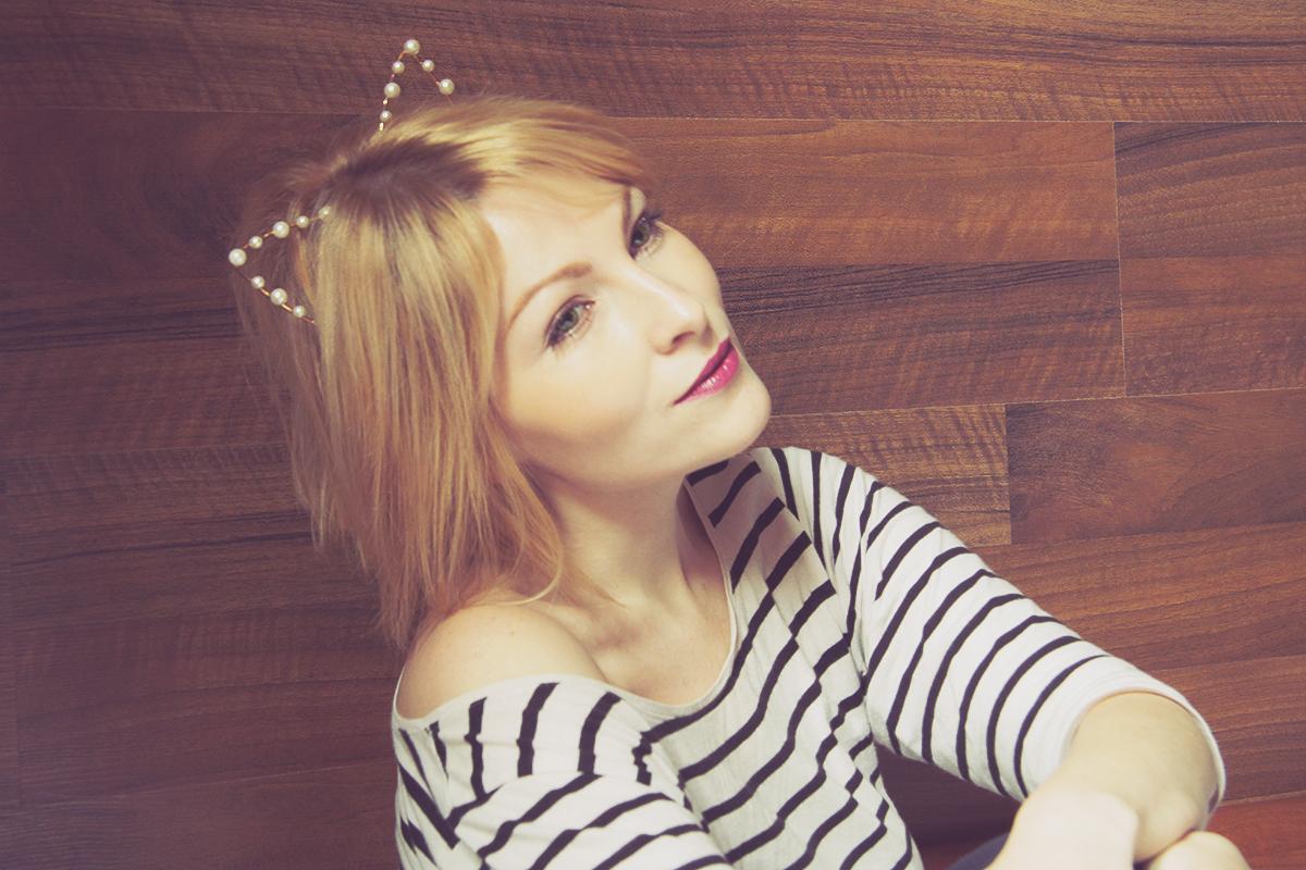 bold lip and kitty headband