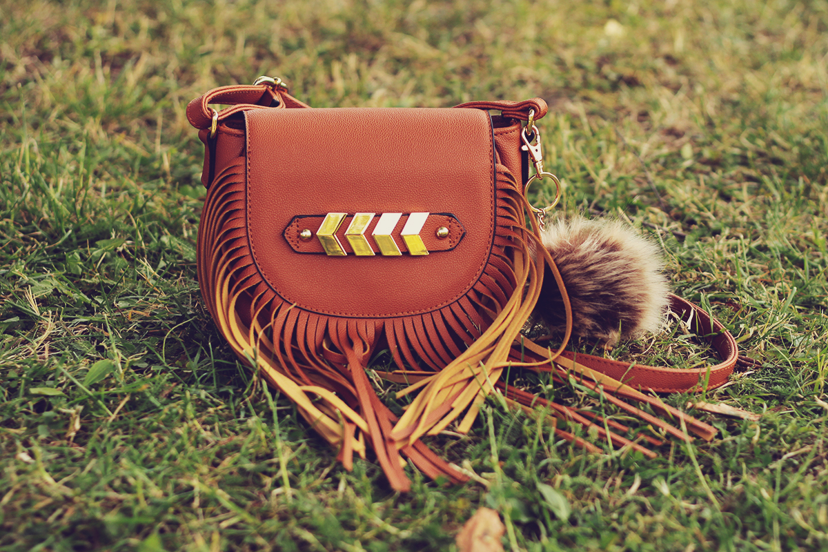 festival look_fringe bag with pom-pom