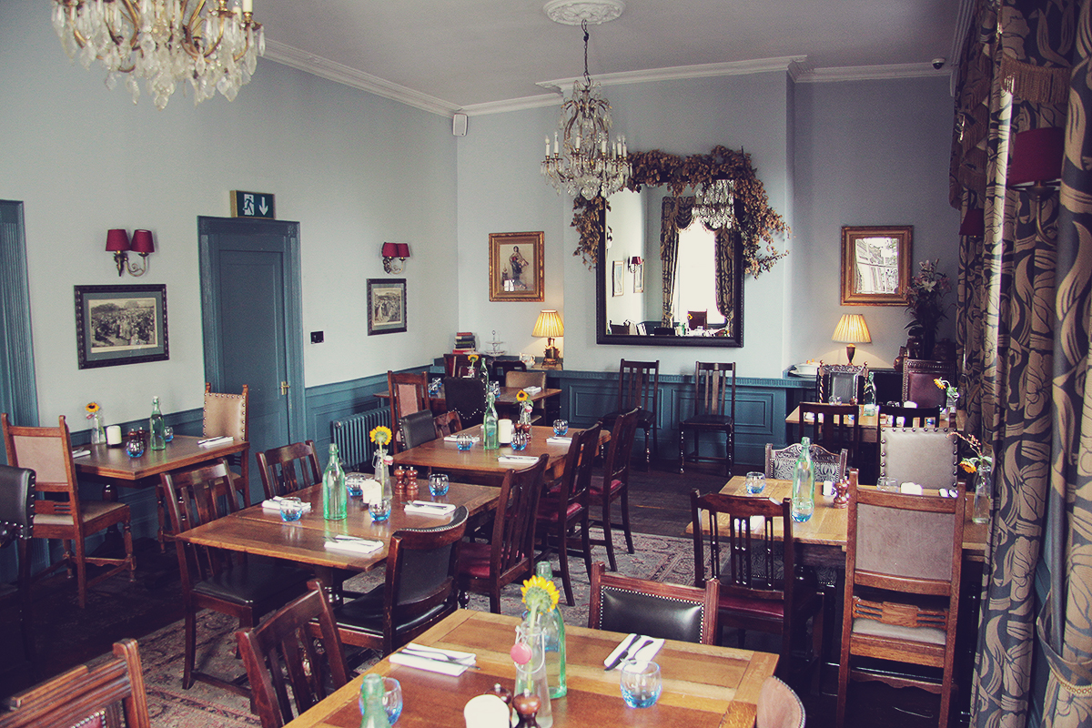london-dining-room-at-the-holy-bush-pub-in-hampstead