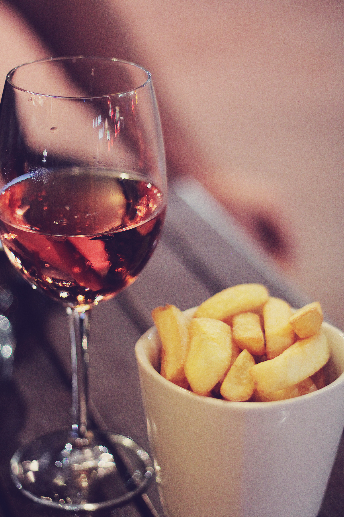 london-glass-of-rose-and-chips