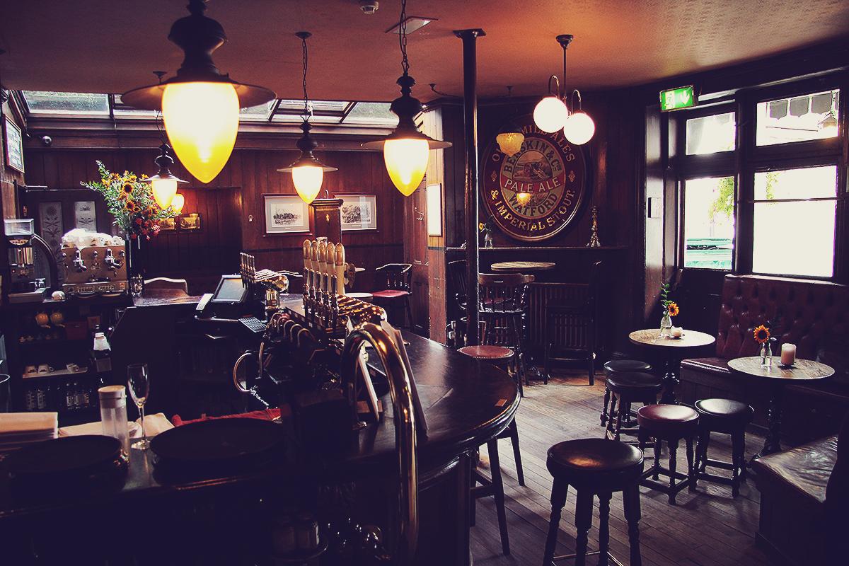 london-inside-the-holy-bush-pub-in-hampstead
