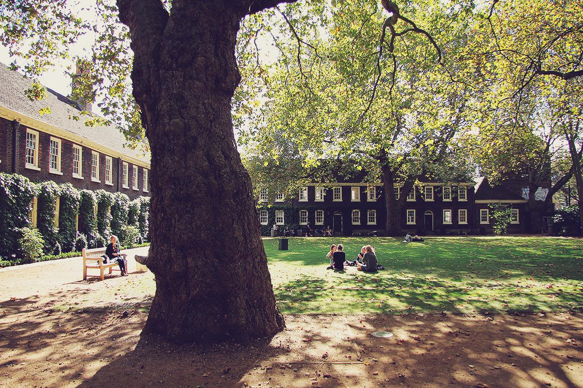 london-the-geffrye-museum-front-lawn