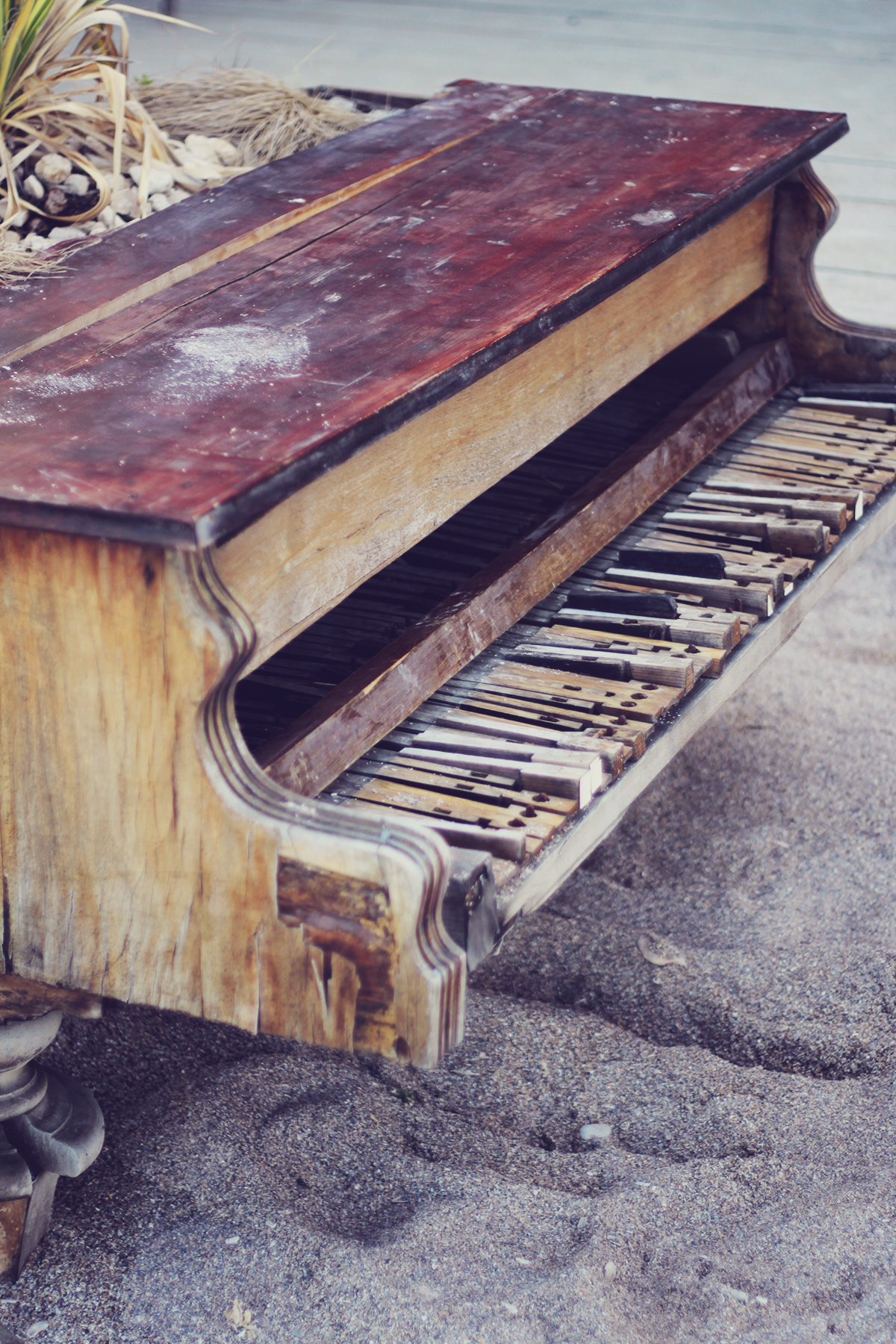old piano, beach, vama veche