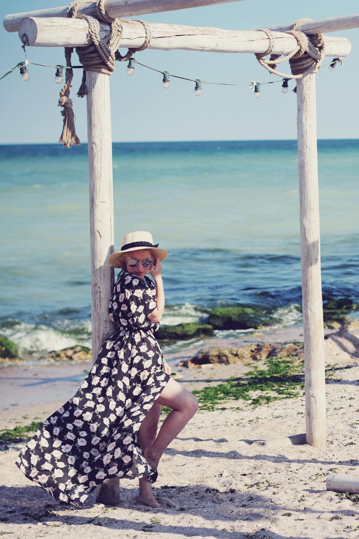 zaful floral maxi dress, beach, straw hat, sunglasses, vama veche