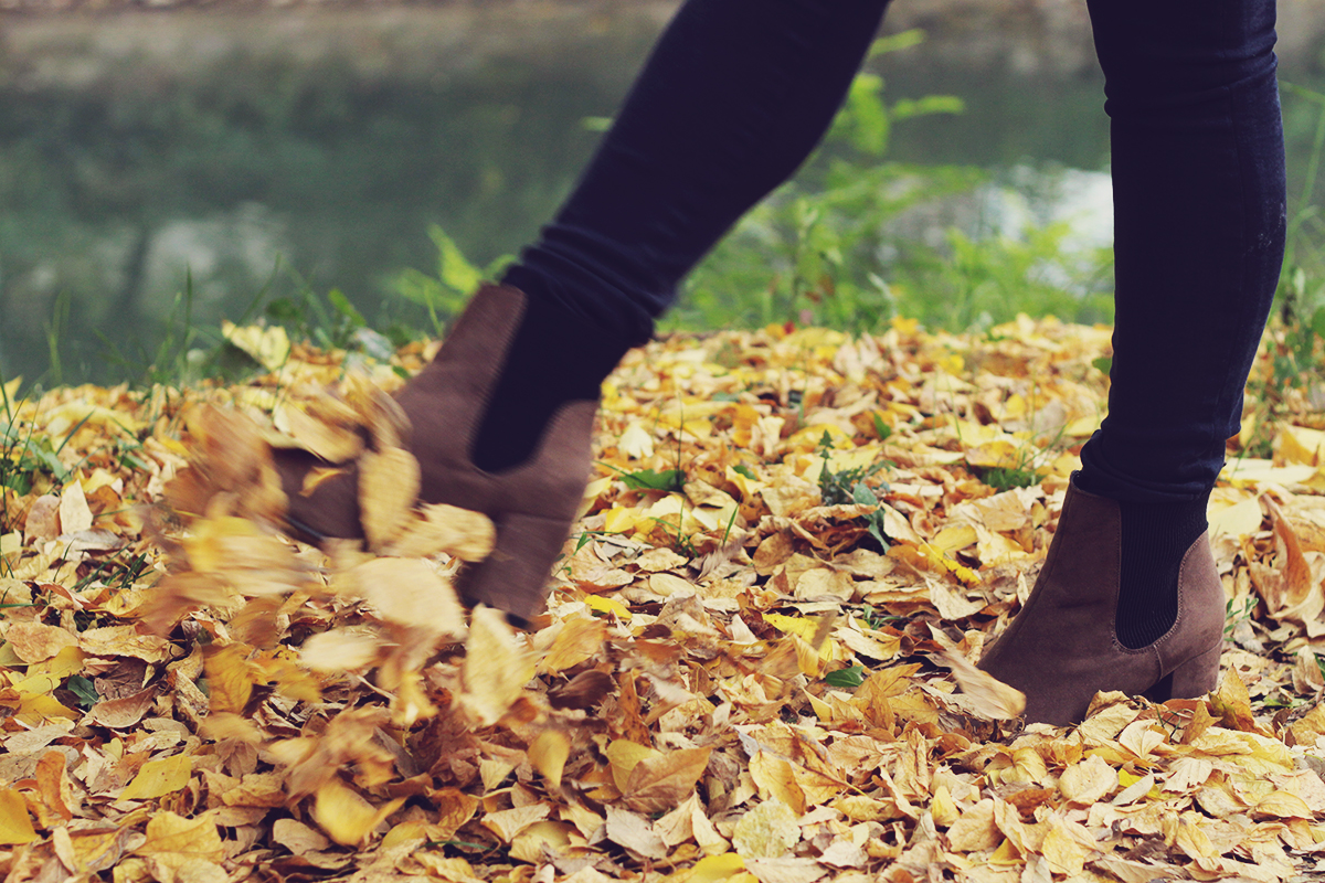 autumn leafs, boots, jeans