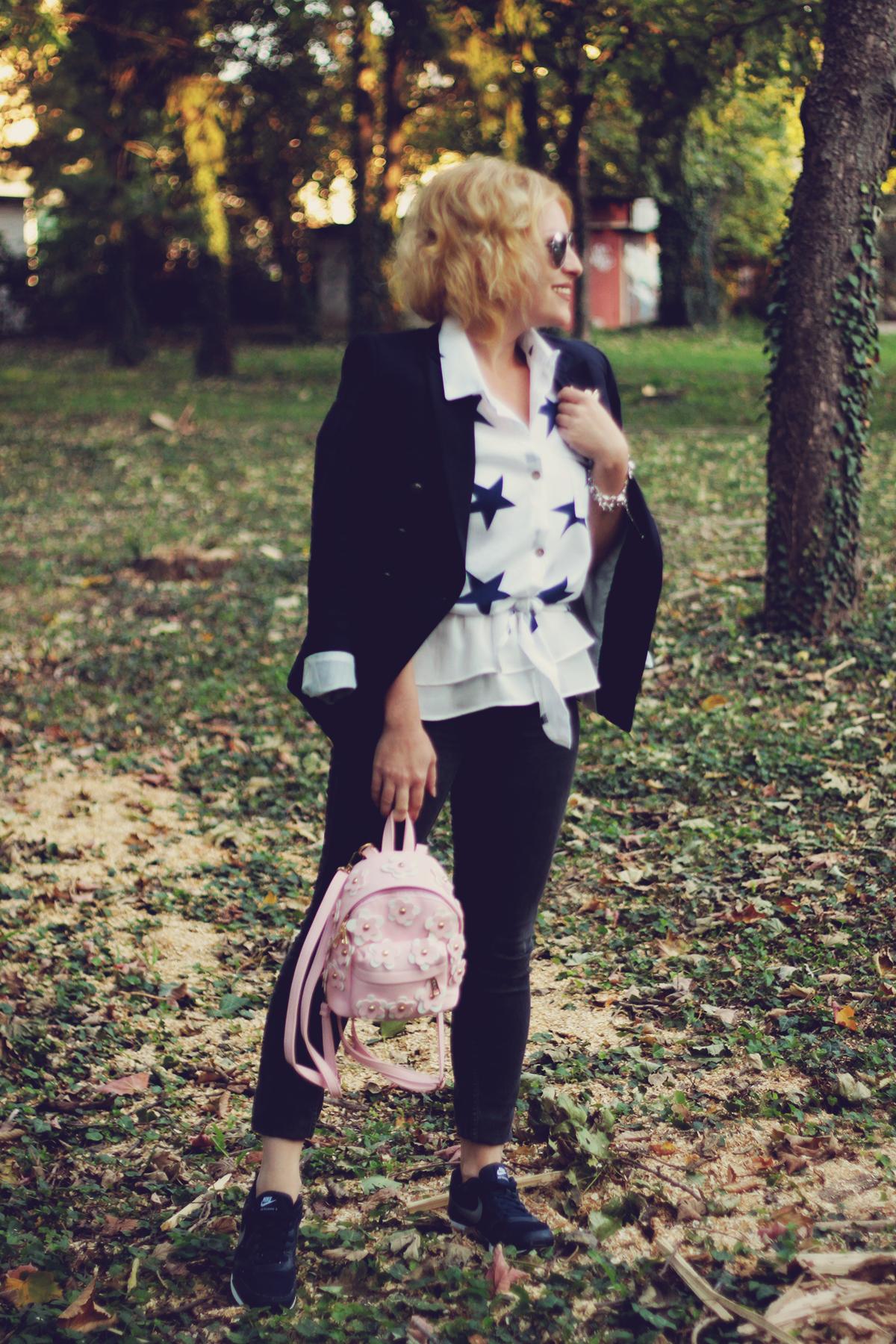 sammydress pink backpack, sammydress star shirt, navy blazer, nike runners, office sporty look