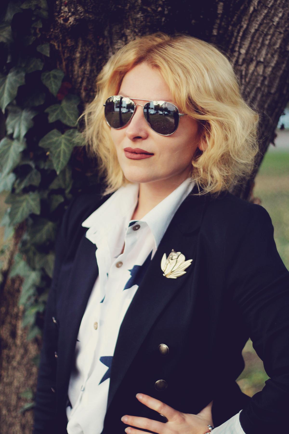 matte lips, navy blazer, sammydress star shirt, kenzo jungle vintage brooch, sunglasses, office look