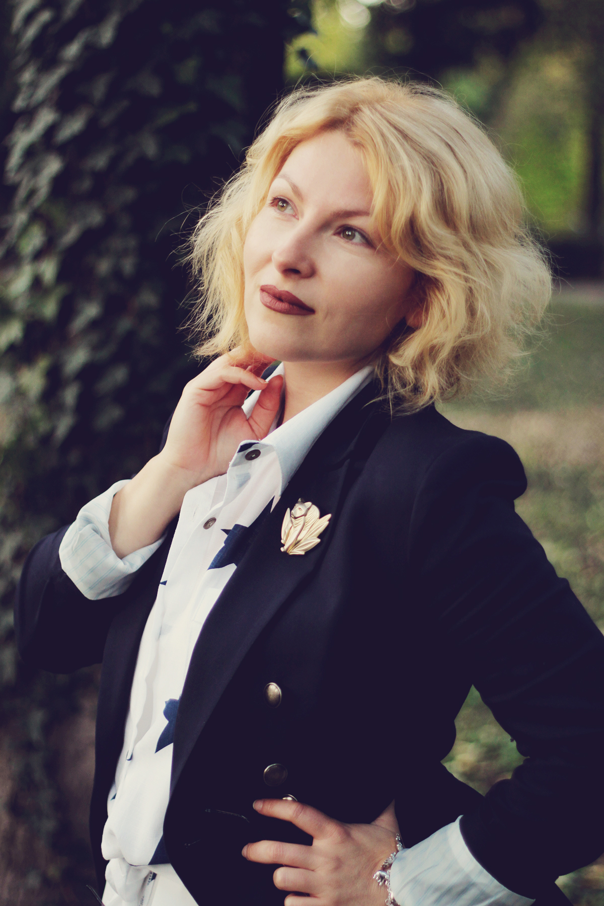 matte lips, navy blazer, sammydress star shirt, kenzo jungle vintage brooch, office look