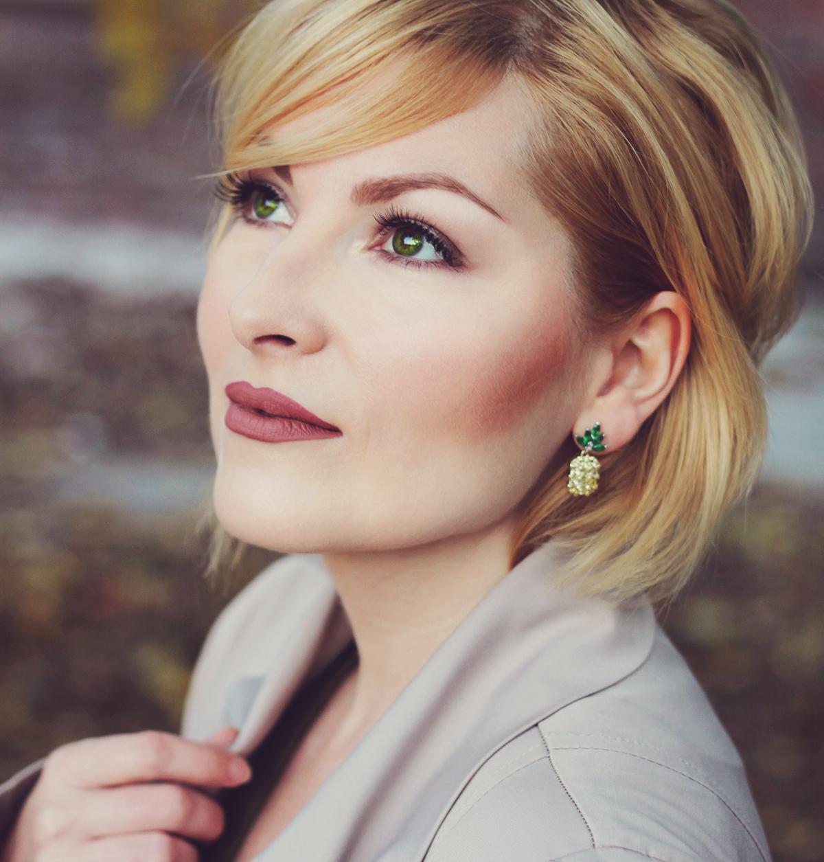 rosegal rhinestone pinneapple earrings, matte lips, earth tone makeup for green eyes