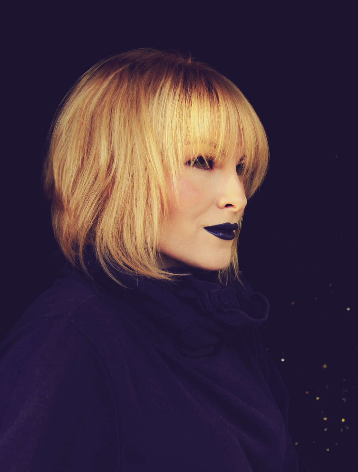 ultraviolet, color of the year 2018, blue lips, make-up, blonde girl, violet hoodie, bob haircut with bangs, atomic blonde