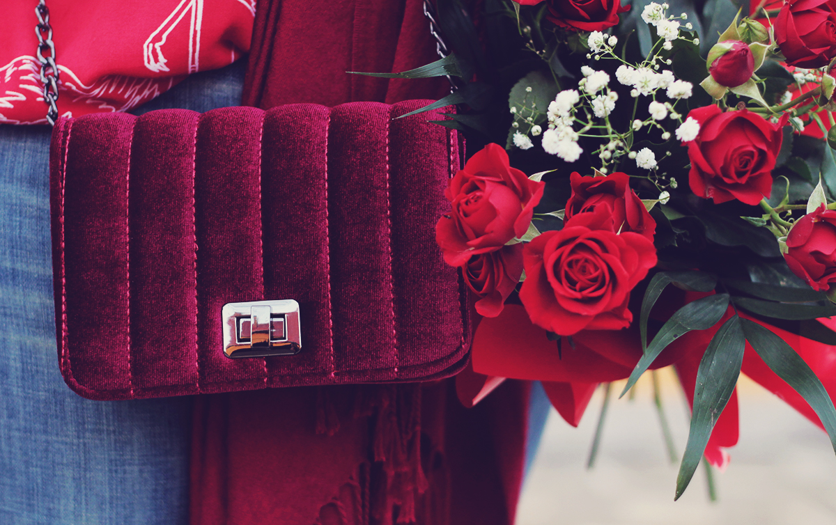 red, winter look, red velvet mini bag, red roses bouquet, spring